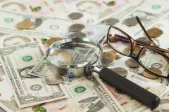 Ukraiński hryvnia i amerykanina ` s dolary z powiększać - szkło Zdjęcia Royalty Free