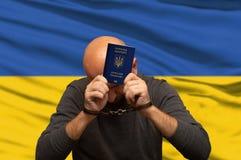 Ukraiński imigrant zatrzymujący i zakładający kajdanki, polisy wiadomość zdjęcie stock