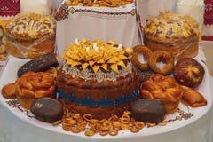 Ukraiński tradycyjny bochenek i inni sklepy spożywczy na kontuarze Zdjęcie Royalty Free