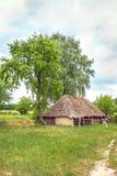 Ukraińskiej drewnianej stajni Pokrywam strzechą zamknięty uph Obraz Royalty Free