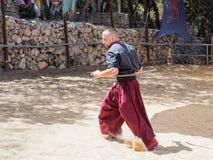 Ukraiński kozaczek demonstruje posiadanie dwa sabers przy festiwalu ` rycerzami Jerozolimski ` w Jerozolima, Izrael Obraz Royalty Free
