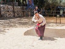 Ukraiński kozaczek demonstruje posiadanie dwa sierpa przy festiwalu ` rycerzami Jerozolimski ` w Jerozolima, Izrael Obraz Royalty Free