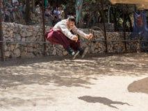 Ukraiński kozaczek demonstruje posiadanie dwa sierpa przy festiwalu ` rycerze Jerozolimski ` w Jerozolima, Izrael Obrazy Stock