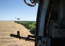 Ukraiński wojsko helikopter patroluje teren antiterrorist operatio Obraz Royalty Free