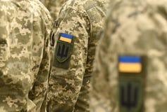 Ukraina łaty flaga na wojsko mundurze Ukraina wojskowy uniform UK obraz stock
