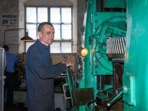 Ukraina antracit - Maj 15, 2013: Reparatör i arbetsplatsen Royaltyfri Foto