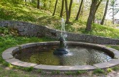 UKRAINA BELAYA TSERKOV: springbrunn i parkera av Alexandria Royaltyfria Foton