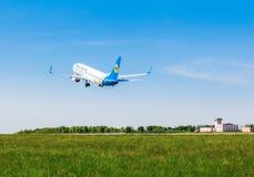 Ukraina Borispol - MAJ 22: Boeing 737 tar av på den internationella flygplatsen Borispol på Maj 22, 2015 i Borispol, Ukraina Royaltyfri Foto