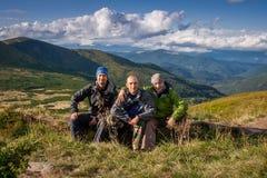 Ukraina Carpathians, Sierpień, - 22, 2014 Młodzi ludzie wycieczkują Fotografia Stock