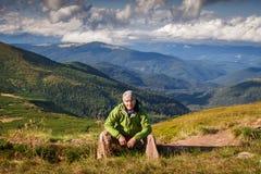 Ukraina Carpathians, Sierpień, - 22, 2014 Młodzi ludzie wycieczkują Obraz Stock