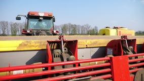 Ukraina Cherkasy, Maj 5, 2019: närbild process av mekaniserat plantera för maskinpotatoe stor traktor med sakkunniga stock video