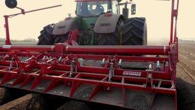 Ukraina Cherkasy, Maj 5, 2019: n?rbild process av mekaniserat plantera f?r maskinpotatoe stor traktor med sakkunniga lager videofilmer