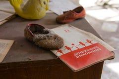 Ukraina Chernobyl niedopuszczenia strefa - 2016 03 19 Stare zabawki w zaniechanym dziecinu Zdjęcie Royalty Free