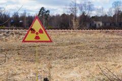 Ukraina Chernobyl niedopuszczenia strefa - 2016 03 19 Znak napromieniania zanieczyszczenie blisko Prypat Obrazy Royalty Free