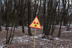 Ukraina Chernobyl niedopuszczenia strefa - 2016 03 19 Znak napromieniania zanieczyszczenie w lesie blisko elektrowni Obrazy Stock