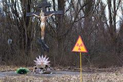 Ukraina Chernobyl niedopuszczenia strefa - 2016 03 19 Znak napromieniania zanieczyszczenie w Pripyat Zdjęcie Royalty Free