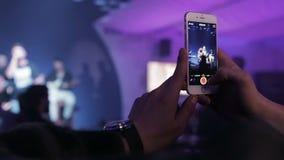 Ukraina Dnepr 2016 Tłoczy się ludzie przy koncertem Fan strzela na telefonie występ ulubiony zespół zbiory wideo