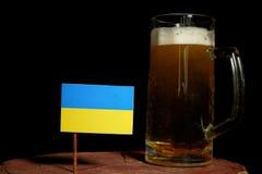 Ukraina flaga z piwnym kubkiem na czerni Fotografia Royalty Free