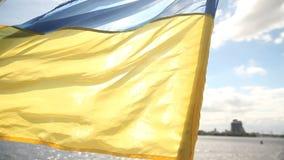 Ukraina flagga på yachten stock video