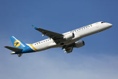Ukraina internationella Embraer ERJ-190 Royaltyfri Fotografi