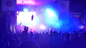 Ukraina Juli, 2017 fans i ljus på konserten, folkmassa av händer lyftte uppe i luften lager videofilmer