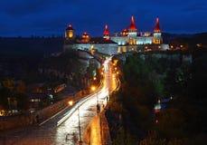 Ukraina Kamyanets-Podilsky fästning på solnedgången på Maj 2, 2015 royaltyfri fotografi