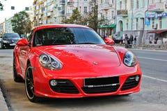 Ukraina Kharkiv Juli 20, 2014 Porsche Cayman GTS rött supercar arkivfoto