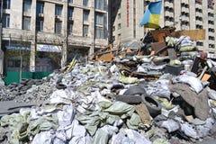 Ukraina Kiev - April 7, 2014: Barrikader efter en storm på den huvudsakliga gatan av Kiev royaltyfri foto