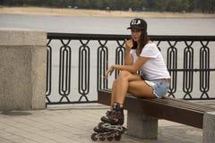 Ukraina Kiev Dnipro invallning Augusti 20, 2017 Den unga attraktiva flickan rullar på skridskor Arkivbild
