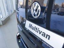 Ukraina Kiev Februari 25, 2018 nya bilar i den multivan Volkswagen för presentation motoriska showen royaltyfri bild