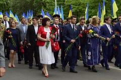 Ukraina Kiev - 05 9 2016: Folket firar dagen av segern i gatorna av staden, en militär musiker royaltyfria foton