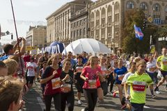 Ukraina Kiev, Intersport Ukraina 10 09 2017 Maratonspringlopp, folkfot på vägen Royaltyfria Foton