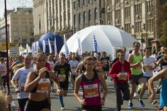 Ukraina Kiev, Intersport Ukraina 10 09 2017 Maratonspringlopp, folkfot på vägen Arkivbilder