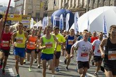 Ukraina Kiev, Intersport Ukraina 10 09 Maratonspringlopp 2017, folkfot på vägen, sport, kondition och sunt Royaltyfri Bild