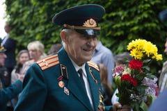 UKRAINA KIEV, MAJ 9, 2016, Victory Day, Maj 9 Monument till en okänd soldat: Veteran av världskrig II bär blommor till monuen Royaltyfri Foto