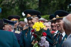UKRAINA KIEV, MAJ 9, 2016, Victory Day, Maj 9 Monument till en okänd soldat: Veteran av världskrig II bär blommor till monuen Royaltyfria Foton