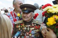 UKRAINA KIEV, MAJ 9, 2016, Victory Day, Maj 9 Monument till en okänd soldat: Veteran av världskrig II bär blommor till monuen Fotografering för Bildbyråer