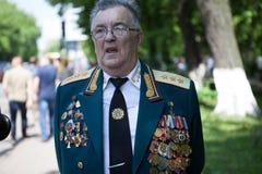 UKRAINA KIEV, MAJ 9, 2016, Victory Day, Maj 9 Monument till en okänd soldat: Veteran av världskrig II bär blommor till monuen Arkivbild