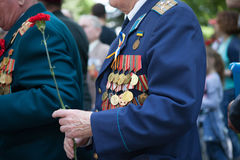 UKRAINA KIEV, MAJ 9, 2016, Victory Day, Maj 9 Monument till en okänd soldat: Veteran av världskrig II bär blommor till monuen Royaltyfria Bilder