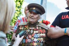 UKRAINA KIEV, MAJ 9, 2016, Victory Day, Maj 9 Monument till en okänd soldat: Veteran av världskrig II bär blommor till monuen Arkivbilder