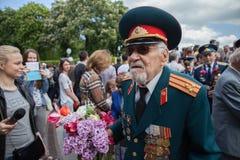 UKRAINA KIEV, MAJ 9, 2016, Victory Day, Maj 9 Monument till en okänd soldat: Veteran av världskrig II bär blommor till monuen Royaltyfri Fotografi