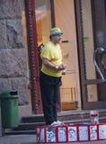 UKRAINA KIEV - September 11,2013: Åldringclownen underhåller resi Fotografering för Bildbyråer