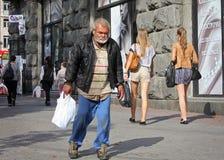 UKRAINA KIEV - September 11,2013: Hemlös man som promenerar th Royaltyfri Fotografi