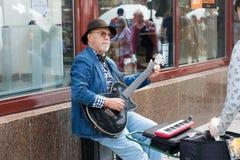 UKRAINA, KIEV-SEPTEMBER 24,2017: Muzyk na Khreshchatyk ulicie Uliczny muzyk bawić się gitarę Fotografia Royalty Free