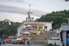 UKRAINA KIEV-SEPTEMBER 24,2017: Restaurang Kompot och folk som går ner trappuppgång på den Naberezhnaya gatan arkivbild