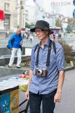 UKRAINA KIEV-SEPTEMBER 24,2017: Turist på självständighetfyrkanten Turist som går med en retro kamera arkivfoton