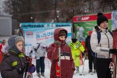 Ukraina Kiev skidar semesterorten Protasov Yar Januari 25, 2015 Skidar lutningen i centret Skidar skola för barn Instruktören royaltyfri fotografi