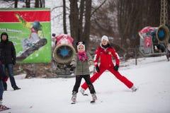 Ukraina Kiev skidar semesterorten Protasov Yar Januari 25, 2015 Skidar lutningen i centret Skidar skola för barn Instruktören fotografering för bildbyråer