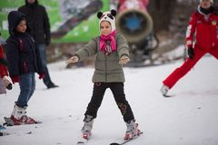 Ukraina Kiev skidar semesterorten Protasov Yar Januari 25, 2015 Skidar lutningen i centret Skidar skola för barn Instruktören royaltyfri foto