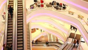 Ukraina, Kijów Centrum handlowe TSUM 01 17 18 ludzi wspinają się eskalator w centrum handlowym zbiory wideo